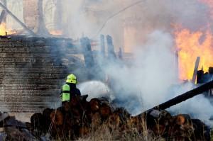 Varastona toiminut vanha navettarakennus tuhoutui tulipalossa Juvantiellä täysin. Kuva: Simo Päivärinta.