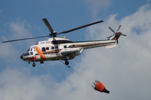 Sammutustöihin osallistui myös rajavartiolaitoksen helikopteri. Kuva: Simo Päivärinta.