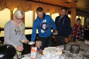 Jenna Väisänen, Ella Väisänen, Oskari Kössi, Aleksi Kössi ja Mika Hakanen tulivat vastaanottamaan stipendejä kakkukahvien kera Oripään Pinellaan. Kuva: Marianne Rovio
