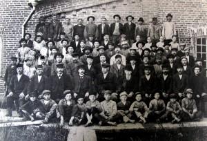 Loimaan höyrysahan henkilökuntaa vuonna 1898. Saha perustettu vuonna 1876.