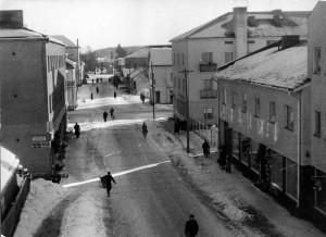 Vesikoskenkatu vuonna 1952. Vasemmalla Koivisto, Aaltonen ja Oskari Heikkilä. Oikealla osuusliike, osuuspankki, L.S.O., Häyry, Tanner, apteekki ja Yhdyspankki. Takana keskellä rautatien tasoristeys.