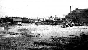 Vesikosken sähkölaitoksen murtunut pato 7.5.1966. Kuva: Veikko Hulkko