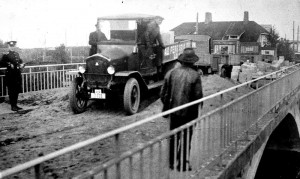 Betonisillan koekuorma vuonna 1929 (niin sanottu Kerjuusilta tai Esson silta).