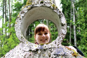 Opas Essi Manner pitää Patsaspuistoa mystisenä ja erilaisena kesäkohteena, joka näyttäytyy kävijöille usein myös humoristisena. Kuva: Kiti Salonen