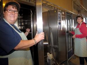 Kun kävijöitä on kymmeniä tuhansia, pitää ruokahuollossa toimia samalla mittakaavalla. Ravintolan kussakin uunissa kypsyy kerrallaan 20 vuokaa vaikkapa perunamuusia tai lihapullia tai kasvispastaa. Keittiössä emäntinä häärivät muun muassa Sinikka Suonpää ja Anne Vähä-Hakula.
