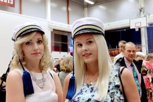 Ramona Heikkinen ja Suvi Kankare iloitsivat valmistuessaan media-assistenteiksi. Kuva: Marianne Rovio