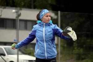Jenny Ahlqvistilla riittää heittotarkkuutta, sillä lukkarointi on hänen suosikkinsa. Leiriltä hän odottaa voittoja ja uusiin kavereihin tutustumista. Kuva: Maija Paloposki