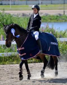 Kouluratsastuksessa hevosen hallinta on hienoa katsottavaa. Tässä ollaan Powercupissa Jyväskylässä, jossa Pauliina voitti kokonaiskilpailun. Kuva: Liisa Autio