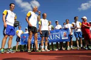 Juoksijoiden ydinjoukko taivaltaa maasta toiseen, ja mukaan liittyy etapeilla aina paikallisia viestinviejiä. Tiistaina oltiin Punkalaitumella. Kuva: Anu Salo