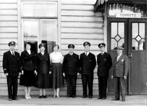 Loimaan rautatieaseman virkailijat 29.9.1958: Soini Sauro, Anna-Liisa Silander, Laila Laiho, Eila Moukola, asemapäällikkö Toivo Niemiaho, Keijo Moukola, Leo Suuronen ja Torsti Aho.