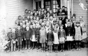 Koulu oli minulle hyvin tärkeä. Opettajat ja oppilaat myös. Opettajia oli kolme. Oskari Kärki oli yläluokilla, Oksa Paasivirta alaluokilla opettajana. Käsitöitä opetti Iina Niemijärvi. Opettajat olivat kaikki mukavia ja saivat pidettyä kaikki järjestyksessä. Edessä Rantasen tytöt Helena ja Ulla, heidän takanaan olen minä. Omat siskoni ovat kauempana, kuvan lähettänyt Kaarina Mattila (o.s. Uusitalo) kertoi.