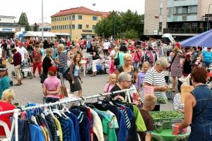 Lapsiperheitä tungeksi Nuorten kauppiaitten markkinoilla lauantaina. Kuva: Marianna Langenoja