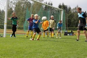 Maalivahdin pelipaikka on paljon muutakin kuin pallon torjuntaa, Eemeli Reponen korostaa. Taitojen kehittäminen vaatii harjoittelua. Kuva: Anu Salo