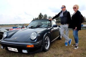 Pasi ja Kitta Välilä omistavat vuoden -82 Porschen. He sanovat, että Porschella ajaessa tietää, miksi autossa on niskatuki. Kuva: Marianna Langenoja