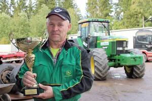 Tällaisia pokaaleita riittää Leo Peräahon hyllyssä. Hän voitti pari viikkoa sitten kahdeksannen perättäisen SM-kultansa traktorivedossa. Kuva: Marianna Langenoja
