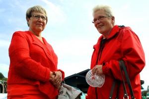 Leena Rantanen ja Marja Syrjälä vierailevat mielellään perinteisessä tapahtumassa. Leenaa kiinnosti meno museolla, Marja taas viihtyi kirppispöytiä tutkien. Kuva: Maija Paloposki