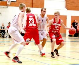 Bisonsin valkoisissa pelaavat Eero Aaltonen ja Antto Nikkarinen puolustavat tehokkaasti, kun puna-asuisen Ura Basketin Riku Laine ja Matias Suomi pyrkivät hyökkäämään. Kuva: Tiina Naula