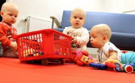 Jani, Melinda ja Paavo leikkivät oikein sujuvasti vierekkäin. Jani ja Melinda ovat täyttäneet vuoden, Paavo on seitsemän kuukautta. Kuva: Anu Salo
