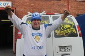 Aki Välimäki kannustaa lentopallon MM-kisoissa Suomea ja koti-Suomessa Hurrikaania. Kuva: Marianne Rovio