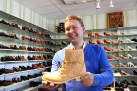Todayn yrittäjän Martti koskisen mielestä suomalaistenkin olisi jo aika alkaa pukeutua neljän vuodenajan mukaan. Kuva: Marianna Langenoja