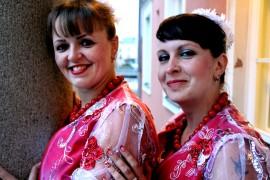Duo Kurazhin Natasha ja Olga esiintyivät värikkäästi Taidetalossa. Kuva: Sampsa Hakala