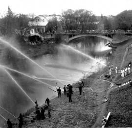 Palokuntien näytös 1960-luvulla. Takana näkyy Esson silta.