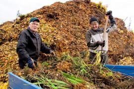 Urho Kytö ja Kirsti Rosnell totesivat risupäivän kävijäryntäyksen osoittavan, että Alastarolla olisi yhä tarvetta kaatopaikalle. Kuva: Kiti Salonen