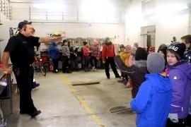 Metsämaan VPK:n varapäällikkö Jussi Tuominen kertoi lapsille palokunnan tehtävistä. Kuva: Marianne Rovio