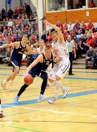 Bisons puolusti vahvasti. Antto Nikkarinen ja Matti Nuutinen pitävät kuvassa kurissa Seagullsin Carl Lindbomia (11) ja Justin Stommesia (12). Kuva: Eveliina Toivola
