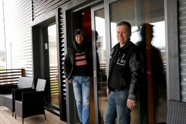 Loimaan keilahallilla on merkkejä Petri ja Lasse Laaksovirran muustakin yritystoiminnasta. Hallin yritystilan liukuovi on Domukselta ja sellainen, joita veljekset ovat asentaneet lukuisiin omakotitaloihin. Kuva: Heidi Pelander