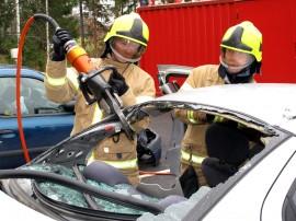 Rouskis, sanoo iso leikkuri palomies Mikko Tammen käsissä, kun paloasemalla harjoitellaan liikenneonnettomuuksissa toimimista. Uudet opit ovat aika ajoin tarpeen, sillä tekniikka kehittyy esimerkiksi autoissa hurjaa vauhtia. Timo Karppi avustamassa. Kuva: Kati Uusitalo