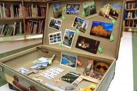 Anita Ahvenukselle on kertynyt postikortteja jo 53 maasta. Harrastukseen voi tutustua Punkalaitumen kirjastossa. Kuva: Heidi Pelander