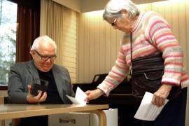 Aila Reunanen halusi äänestää seurakuntavaaleissa, koska hän on äänestänyt aina ennenkin. Jukka Korvenpää leimasi äänen. Kuva: Maija Paloposki