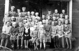 Pyhäkoulussa Taipaleen tiloissa 1940-luvun alussa. Opettajana Taimi Kytömaa. Kuva Rauha Reinikan albumista.