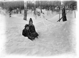 """Jos pesäpäivinä koettiin kovia pakkasia, arveltiin että """"pakkanen palaa pesässään"""".  Kuva: Suomen maatalousmuseo Sarka"""