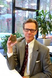 Juhani Heinonen sai pari viikkoa sitten tietää olevansa Aurora-mitalin saaja. Tunnustus veti puheliaan miehen sanattomaksi. Kuva: Heidi Pelander