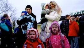 Tetiana ja Ardalion Shevchenko sekä Olena, Alana ja Kira Synieokova odottavat, että joulupukki kävisi heillä kaksi kertaa: sekä uutenavuotena että jouluna. Kuva: Kiti Salonen