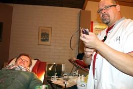 Veripalvelun sairaanhoitaja Jarkko Arffman otti vastaan Eila Halkivahan, joka luovutti 31. kerran verta. Kuva: Marianne Rovio