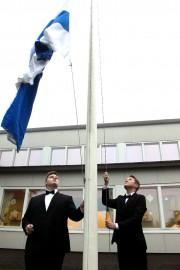 Samu Ruusiala ja Jalmari Sillsten nostivat lipun salkoon Ypäjän Kartanon koulun itsenäisyysjuhlassa. Kuva: Anu Salo