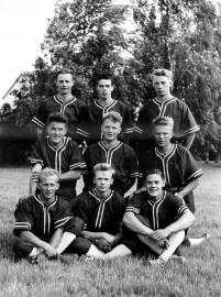 Loimaan Leiskun pesäpallojoukkue oli vuonna 1955 Lohjalla pelaamassa TUL:n mestaruudesta. Kuvan on ottanut Veikko Hulkko, ja sen toi toimitukseen Raimo Lehtiö, joka on ylärivissä keskimmäisenä.