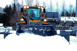 Olli Rantala Vilakoneen tuotekehitysosastolta havainnollisti Wille 865:n lumityöominaisuuksia. Kuva: Sampsa Hakala