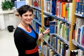 Minna Pyhälahti kertoo ahmineensa kaikki Vähäperän ala-asteen kirjat heti lukemaan opittuaan. Kuva: Kiti Salonen