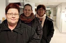 Alastarolaiset Paula Kulmala, Jaana Näpärä ja Kristiina Santahuhta muistuttavat, että poliitikot lupasivat rauhoittaa ja säilyttää terveysasemat joulukuussa tehdyssä sote-ratkaisussa. Kuva: Lari Kiviranta