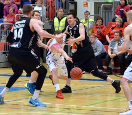 Karhun puolustuksen läpi etenevä Roope Ahonen teki Bisonsille komeasti 19 pistettä. Kolmosia Ahonen säkitti viisi. Kuva: Eveliina Toivola