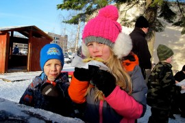 Bea, 8, ja Arne Stevanovic, 5, herkuttelivat Lionsin laskiaisriehassa Loimaan Savisten paistamilla letuilla. Sisaruksista kaikkein kivointa oli päästä moottorikelkan vetämän ahkion kyytiin. Vauhti oli huimaa ja vähän jännittävääkin. Lasten isä Pavle Stevanovic naureskeli perheen menneen päivistä sekaisin ja syöneen leipomansa laskiaispullat jo edellisviikon sunnuntaina. Kuva: Kiti Salonen