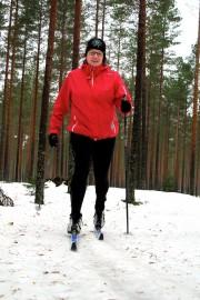 Monna Kandelin suuntasi hiihtämään Harjureitille, koska oli kuullut paikasta kehuja. – Olen suksilla ensimmäistä kertaa tänä talvena, joten muutaman kilometrin lenkki riittänee. Kuva: Kiti Salonen
