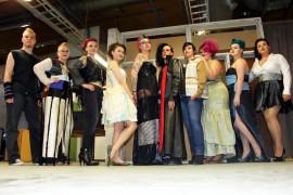 Tässä he ovat kaikki, suunnittelija Mikael Hanttu keskellä, näytöksen mallit ympärillään. Kierrätysmuotia esittelevälle näytökselle on suunnitteilla jo jatkoakin. Kuva. Anu Salo