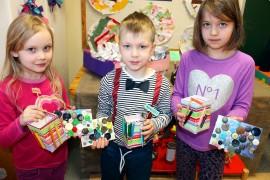 Hertta Prusi, 6, Aukusti Kauppi, 6, ja Minttu Kivinen,6, esittelivät kierrätysmateriaaleista valmistamiaan kynätelineitä ja alustoja. Kuva: Marianne Rovio
