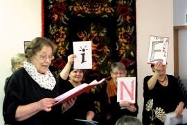 Nainen-kirjoituskilpailun runot saivat tulkinnan, kun SaviCat-ryhmä esitti ne naistenpäivän tapahtumaan saapuneelle yleisölle. Lausuntavuorossa Leena Mäkelä. Kuva: Kiti Salonen