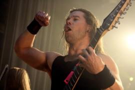 Kitaristi Pekka Olkkonen riehaantui lavalla. Kuva: Maija Paloposki